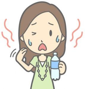 暑がり水分補給をする女性