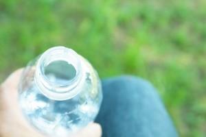 草原とペットボトル飲料