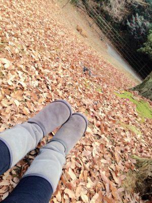 落ち葉とムートンブーツ