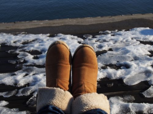 ムートンブーツと雪