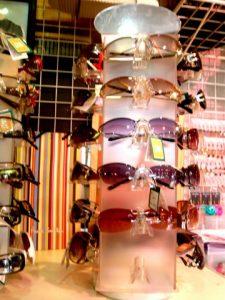 店頭で並ぶサングラス
