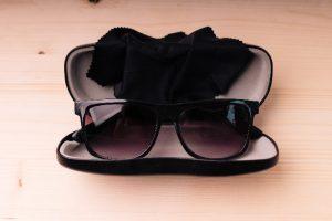 ケースに入ったサングラス