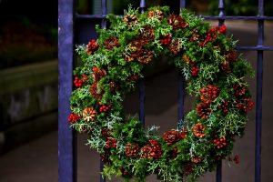 外に飾られたクリスマスリース