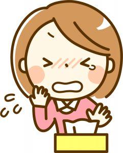 アレルギーに涙する女性