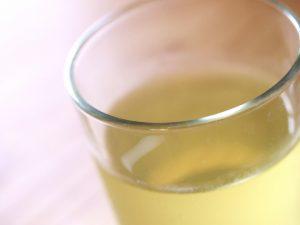 グラスに入った緑茶