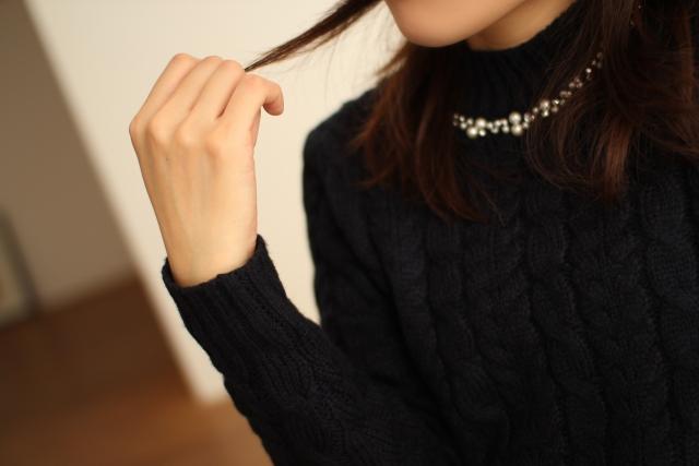 髪の毛先を触る女性1