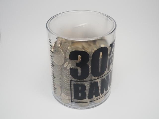 透明な500円貯金箱